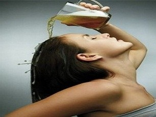 Alisar o cabelo com cerveja