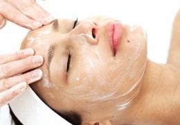 Como fazer uma limpeza de pele com produtos caseiros