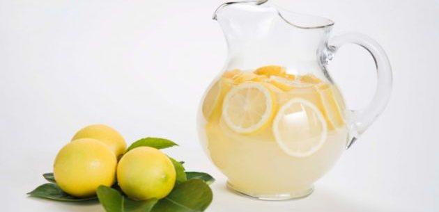 Suco de lima e limão para tratar problemas estomacais
