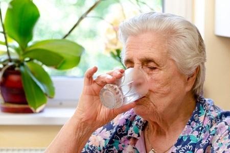 Como evitar a desidratação em idosos