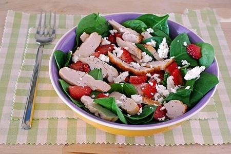 Salada de brotos de espinafre com frango grelhado, morangos e queijo de cabra