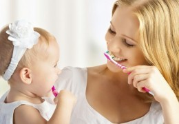 Como ensinar uma criança a escovar os dentes