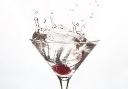 O primeiro remédio para sentir-se melhor após os excessos de álcool: Beber água