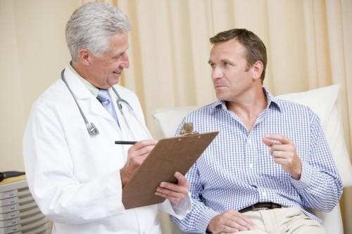 Medico que faz exame de prostata