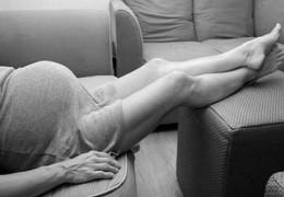 Pés inchados durante a gravidez? Aprenda a evitar