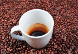 Por que a cafeína nos mantém acordados e focados?