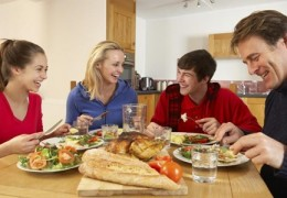 Comer em família protege contra a obesidade e o excesso de peso