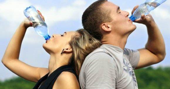 Benefícios de beber água em jejum