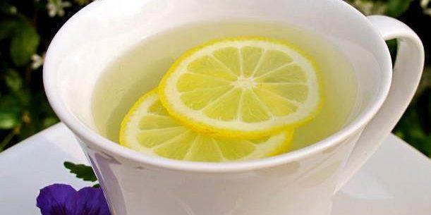 Benefícios de beber água morna com limão na parte da manhã