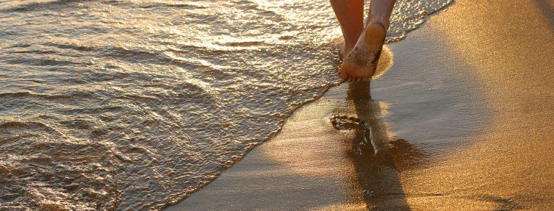 Caminhar ao longo da praia, um exercício fantástico