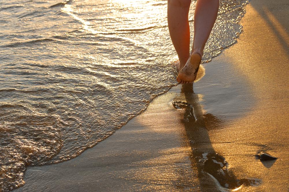 Resultado de imagem para imagens de caminhando na praia