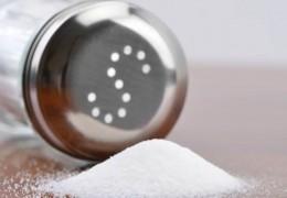 Dicas para eliminar o sal acumulado no corpo