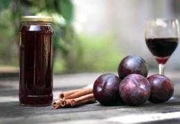Licor de ameixa: usos e benefícios dessa bebida medicinal