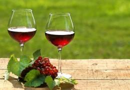 Os benefícios de beber uma taça de vinho todos os dias
