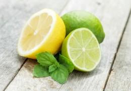 Suco de limão e abacaxi para equilibrar o pH do corpo
