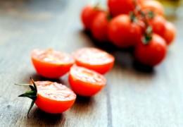 Tratamento com tomate para a pele oleosa e com acne