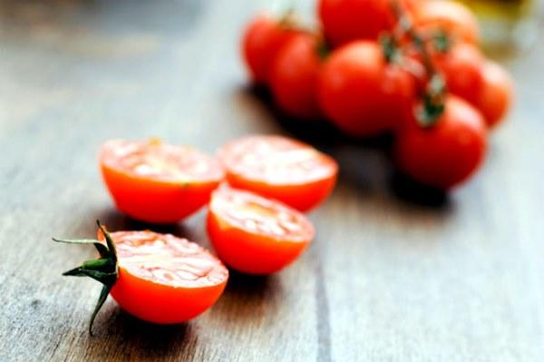 Tratamento com tomate para a pele oleosa e com acne-