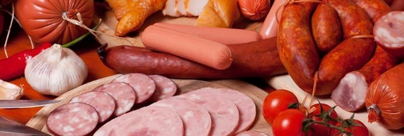 Carne processada aumenta o risco de câncer de estômago, diz estudo