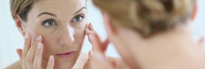 8 hábitos comuns que causam rugas e o envelhecimento da pele