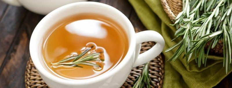 Receita e benefícios do chá e do óleo de alecrim para a saúde